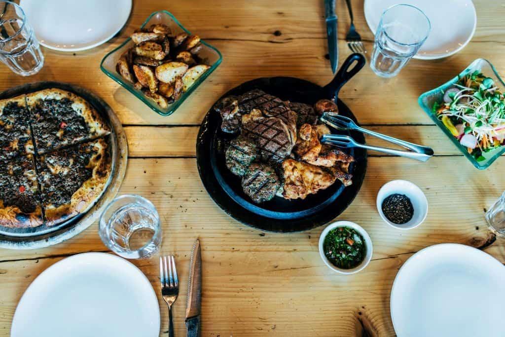ארוחת בשרים עסיסית ומאפים מהטבון הטורקי במסעדת איסקנדר