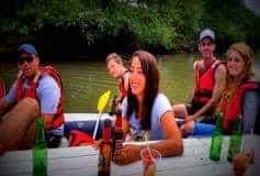 נהנים מהבר הצף של רפטינג נהר הירדן