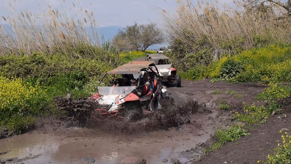רכבי שטח נוסעים בבוץ