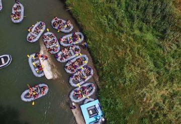 קייקים נהנים מהבר הצף ברפטינג נהר הירדן